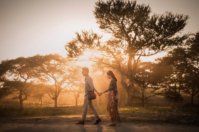 Bình minh và hoàng hôn là hai thời điểm lý tưởng để cô dâu chú rể ghi lại được những hình ảnh đẹp. Đó là khi bầu trời ửng hồng với những tia nắng đầu tiên của ngày mới hay lúc ánh tím nhuộm kín cả không gian.