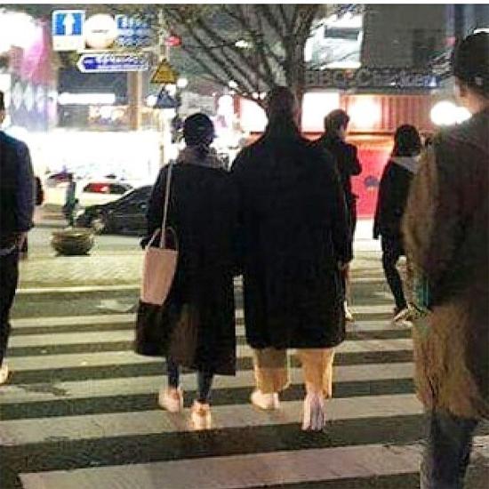 Vợ chồng Song Hye Kyo tay trong tay dạo phố - 1