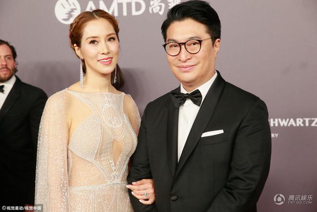 Dự sự kiện tại Hong Kong hôm 26/3 còn có các nghệ sĩ tên tuổi của showbiz, các doanh nhân thành đạt. Trên thảm đỏ, vợ chồng diễn viên Từ Tử Kỳ và chồng đại gia.