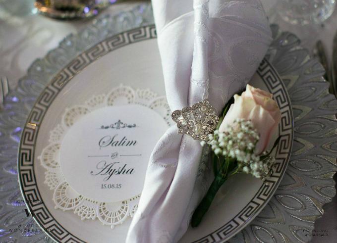 Đĩa ăn cho khách mời có tone màu trắng bạc đồng điệu với không gian tiệc cưới.