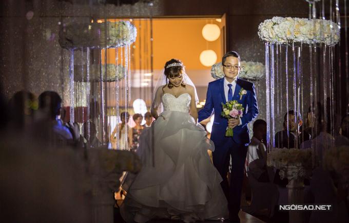 Minh Trung, con trai út của vợ chồng Chí Trung - Ngọc Huyền bảnh bao diện vest xanh trong ngày cưới. Anh dìu bà xã PhươngThảo sóng bước vào hội trường trong tiếng vỗ tay của đông đảo quan khách.