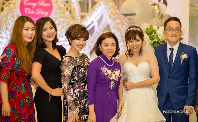 Nghệ sĩ Ngọc Huyền và bà thông gia (áo dài tím) rất thân thiết bên nhau. Cả hai vui vẻ cùng các con chụp ảnh với khách mời.