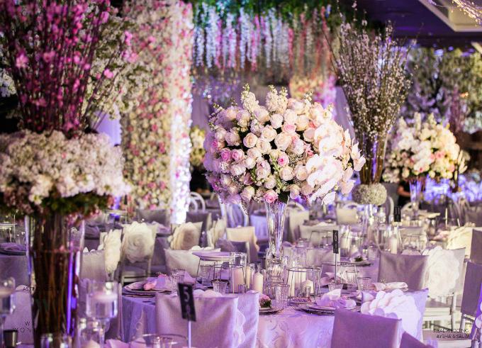 Những bình hoa dáng cao giúptiết kiệm diện tích trên bàn tiệc.