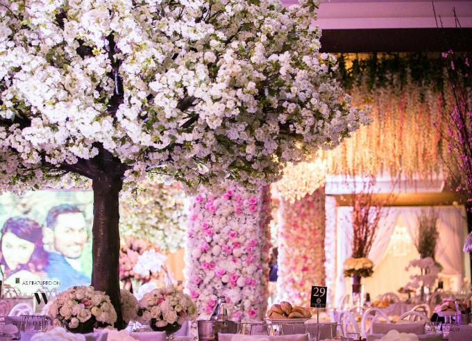 Khu vực để đồ tráng miệng được trang trí bằng một cây hoa anh đào trắng muốt.