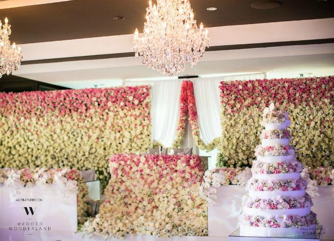 Sân khấu trung tâm được kết bằng hàng nghìn bông hoa hồng. Ngay cả chiếc bánh cưới cũng được tô điểm bởi những dải hoa màu pastel dịu nhẹ.