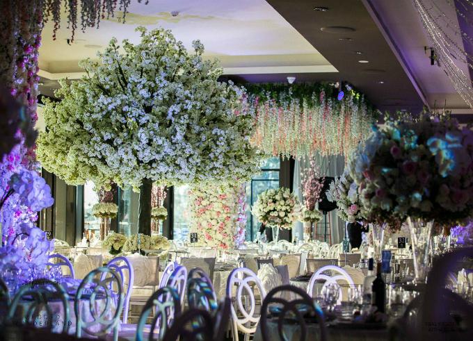 Cô dâu chú rể bố trí kiểu bàn tròn để khách dự tiệc có thể ngồi theo nhóm thân thiết, nhằm tạo ra bầu không khí thân mật, ấm cúng.