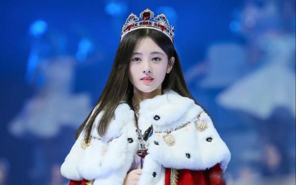 Tháng 9/2013, cô đã vượt qua cuộc thi tuyển chọn gắt gao của công ty giải trí Star48 Thượng Hải để gia nhập nhóm nhạc thần tượng có tiếng tại Đại lụcSHB48.Sau khi debut, cô được nhận được nhiều sự chú ý từ công chúng nhờ gương mặt không góc chết kể cả khi không son phấn. Cô hay được người hâm mộ gọi bằng biệt danh Mỹ nhân 4000 năm có một.Thời điểm mới nổi, trang Weibo cá nhân của cô thu hút gần 300.000 nghìn lượt theo dõi.