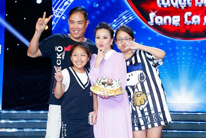 Ông xã Cẩm Ly là đạo diễn Hữu Minh (nhạc sĩ Minh Vy) cùng hai con gái La, Thỏ cũng có mặt. Họ lên sân khấu chúc mừng giọng ca Mình ơi.
