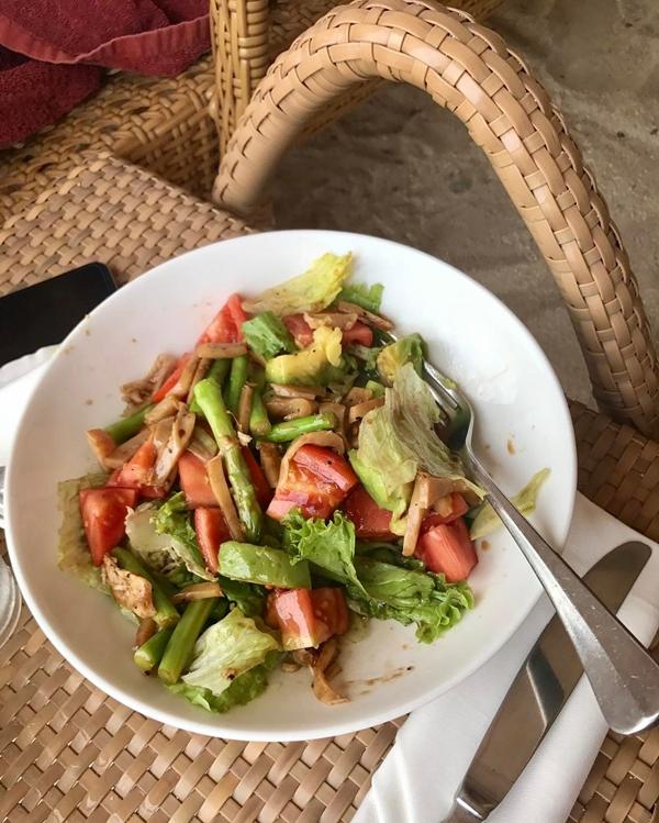 Cô thường ăn bánh mì ngũ cốc và sữa chua hoa quả vào bữa sáng. Bữa trưa và bữa tối của Sunshine là các loại salad.