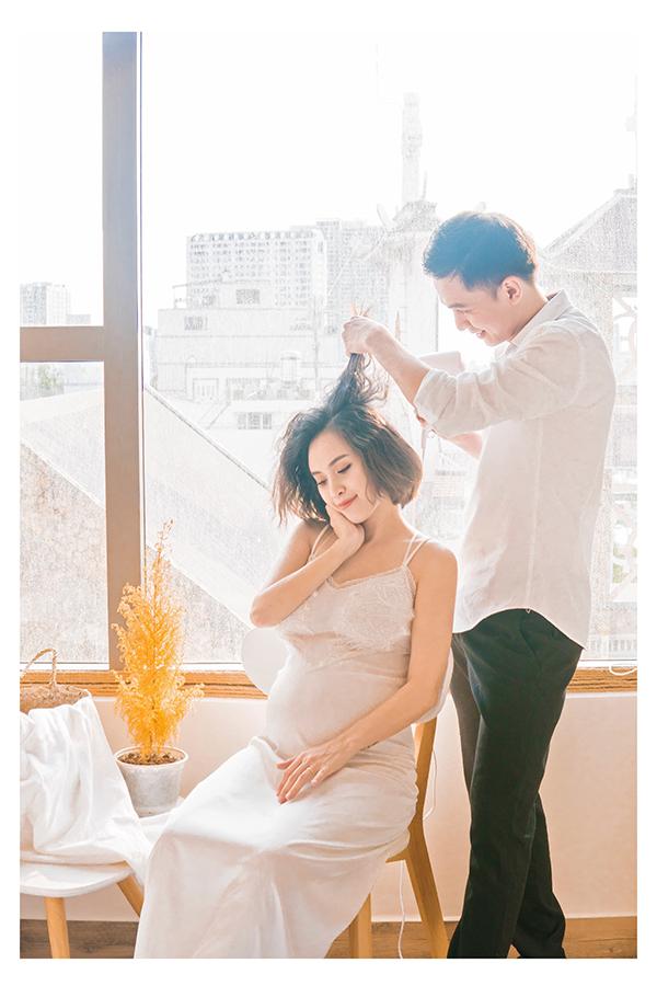 Tú Vi đang mang thai con đầu lòng hơn 8 tháng. Cô cùng ông xã Văn Anh thực hiện bộ ảnh kỷ niệm.
