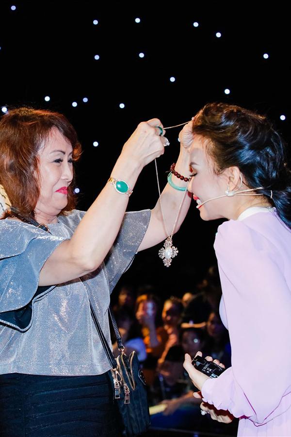 Vì quá yêu quý Cẩm Ly nên bà đã tặng chị dây chuyền có mặt đính đá quý.