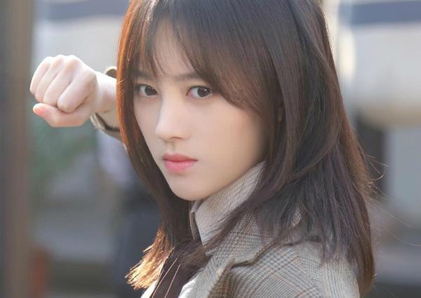 Sở hữu lượng fan áp đảo nhiều thành viên, Cúc Tịnh Y đã giành được vị trí thứ nhất trong tổng số 116 thành viên củacuộc tổng tuyển cử SHB48 vào 2 năm liên tiếp 2016 và2017. Cô là một trong số 3 thành viên của nhóm phụ đầu tiên thuộc SHB48NII. Để lăng xê hình ảnh của mình, người đẹp cũng tham gia nhiều chương trìnhtruyền hình nổi tiếng của Trung Quốc như I am singer, Bộ não tối cường...