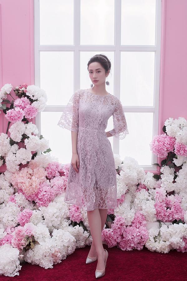 Thiết kế váy ren nửa kín, nửa hở, dù được cắt may bằng chất liệu vải xuyên thấu nhưng vẫn tạo nên nét gợi cảm ý nhị bởi kết hợp chất liệu khéo léo.