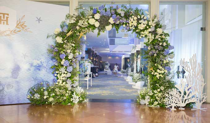 Bên cạnh kịch bản tổ chức hôn lễý nghĩa, xúc động, phần trang trí cũng là một điểm nhấn được nhắc đến nhiều ở đám cưới nổi tiếng này. Không gian phòng tiệc được hô biến thành một đại dương thu nhỏ với tone màu xanh chủ đạo và các vật dụng trang trí gắn liền với biển.