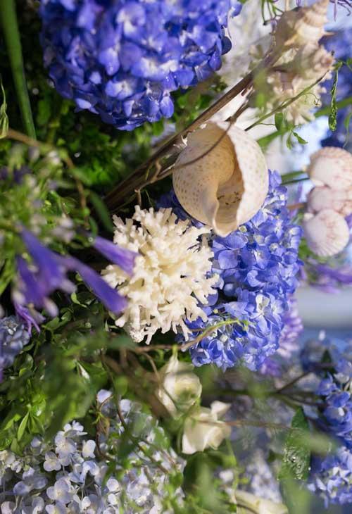 Để có được màu xanh biển cả, nhà cung cấp đã sử dụng 100% hoa tươi nhập khẩu cho phần trang trí.