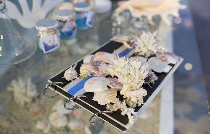 Phụ kiện trang trí như vỏ ốc, sao biển, vỏ sò... đều được mang từ Đà Nẵng ra,