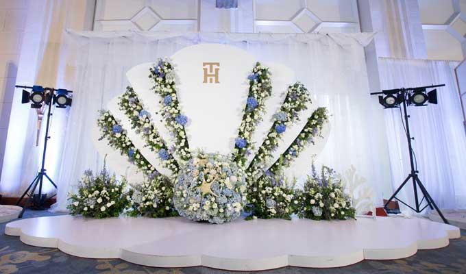 Khu vực photo booth là mô hình một chú sò biển kết từ hoa tươi và phụ kiện. Đây là nơi cô dâu, chú rể cùng các khách mời lưu lại những hình ảnh lưu niệm đáng nhớ.