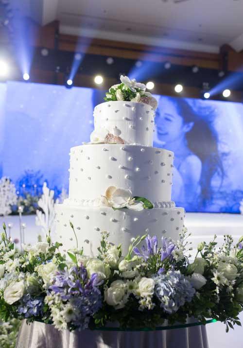 Bánh cưới ba tầng đính ngọc trai và những chiếc vỏ sò.