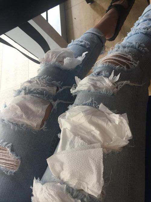 Chàng trai dùng giấy ăn vá quần cho bạn gái