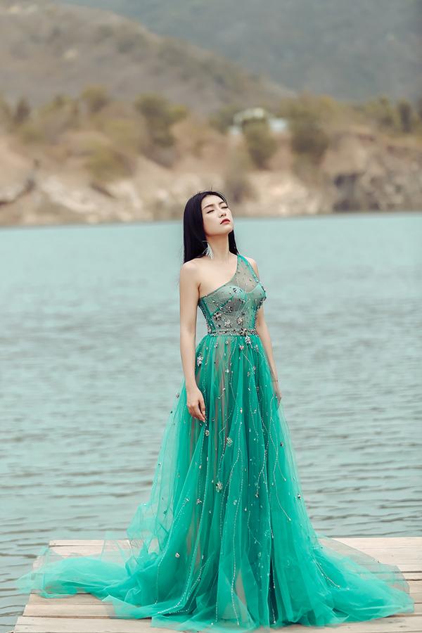 Xuyên suốt MV, hình ảnh Tiêu Châu Như Quỳnh đều trầm buồn vì một tình yêu không trọn vẹn.