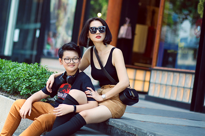Vài ngày trước, Anh Thư và con trai Tiểu Long đi chụp quảng cáo cho một thương hiệu trà sữa. Sau đó, hai mẹ con tranh thủ chụp bộ ảnh kỷ niệm.