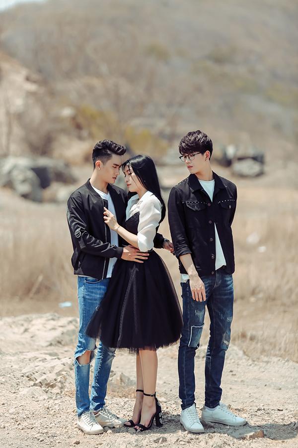 Nữ ca sĩ vào vai một cô gái có mối tình đẹp, nhưng sau đó bẽ bàng nhận ra người yêu có người khác, mà đó lại là một chàng trai.
