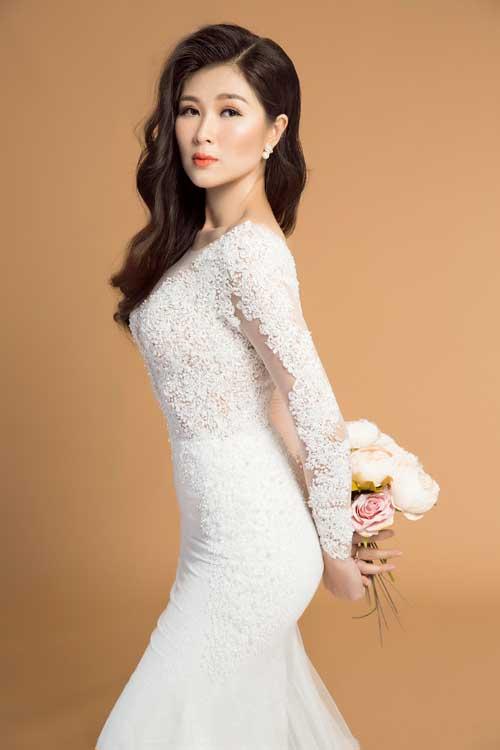 Nét gợi cảm của cô dâu được tôn lên từ chính đường cong mềm mại của cơ thể thay vì những chi tiết khoa trương.