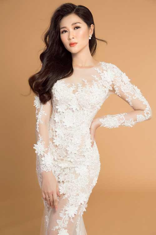 Hoa ren 3D xen kẽ với những mảnh họa tiết dây leo trênbề mặt chiếc váy gợi sự liên tưởng đến một bức tranh điêu khắc kỳ công.