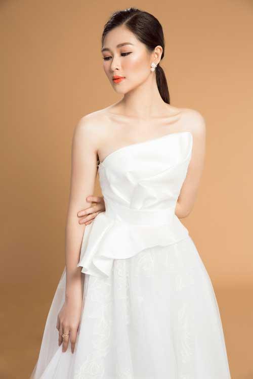 Mẫu váy lấy cảm hứng từ bông hoa Calla này dành riêng cho cô dâu có vòng 1nhỏ và bờ vai thon. Thân trên bằng vải lụa organza được tạo kiểu theo nghệ thuật gấp giấy origami Nhật Bản giúp phần ngực đầy đặn hơn. Trong khi đó, kiểu thân áo peplum lại là cứu tinh cho vòng 2 lớn.