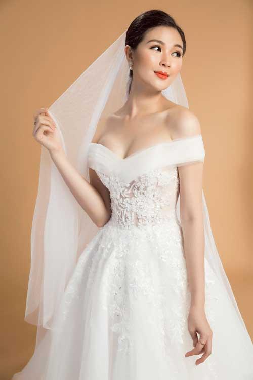 Cách lớp vải được sắp xếp theo thứ tự từ trong ra ngoài: lụa - ren hoa - voan lưới tạo hiệu ứng như những bông hoa ẩn mình trong làn sương sớm. Đây cũng là một cách mà nhà thiết kế ẩn dụ nói đến vẻ đẹp của cô dâu.