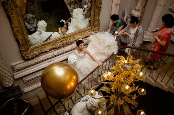 Cô dâu di chuyển từ phòng make up tới nơi tổ chức hôn lễ. Chiếc váy cưới bồng bềnh khiến Hui giống như đang bước đi trên những đám mây.