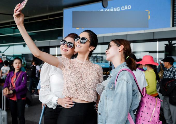 Izabele rủ Lâm Khánh Chi và Á hậu Rock chụp một tấm ảnh selfie ở sân bay.