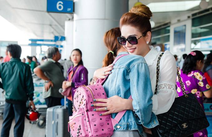 Ca sĩ chuyển giới lưu luyến ôm tạm biệt cô bạn người Thái Lan.