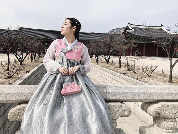 Hàn Quốc cũng là lựa chọn của Á hậu Tú Anh. Người đẹp diện hanbok, dạo bước trong cung điệnGyeongbokgung, thủ đô Seoul.