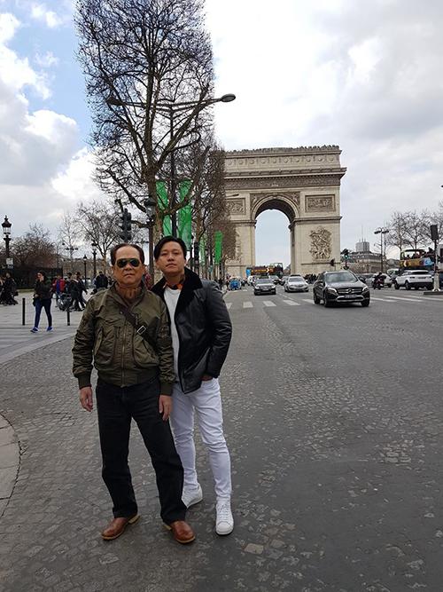 Tuấn Hưng đưa bố sang châu Âu du lịch, kết hợp lưu diễn. Đã lâu nam ca sĩ mới có dịp được bố tháp tùng đi diễn và nhân tiện check in nhiều địa danh nổi tiếng như Khải Hoàn Môn ở Paris.