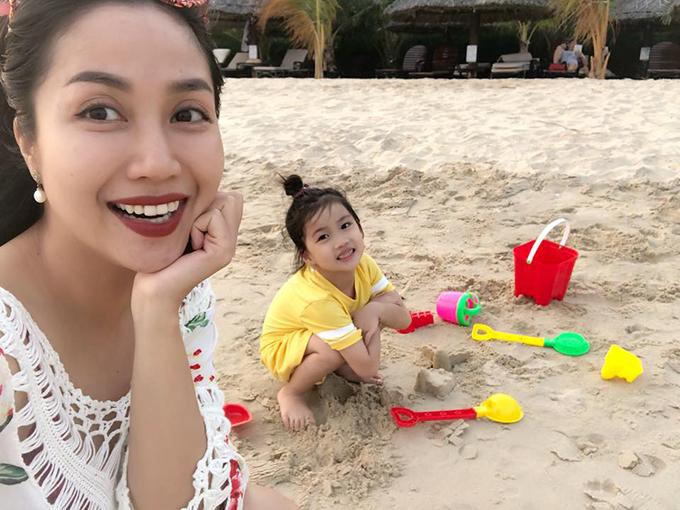 Tranh thủ thời gian rảnh sau Tết, Ốc Thanh Vân đưa các con đi biển Phan Thiết và tham gia nhiều hoạt động ngoài trời.