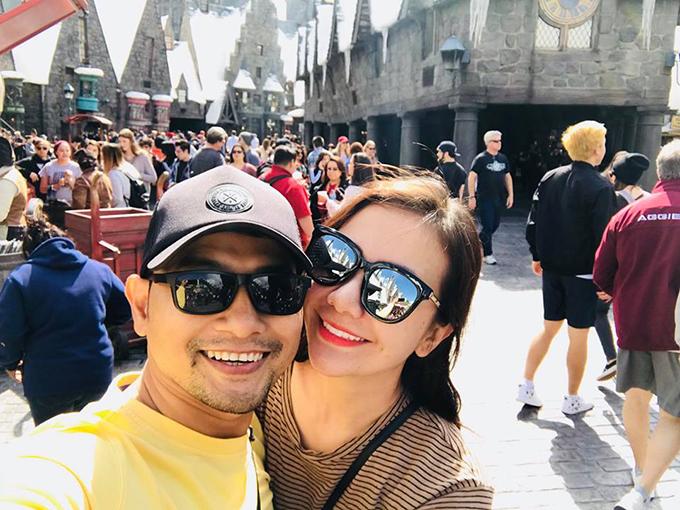 Huỳnh Đông - Ái Châu sang Mỹ du lịch, kết hợp công việc. Hai vợ chồng hồi teen ghé chơi tại công viên trò chơi Universal (California, Mỹ).