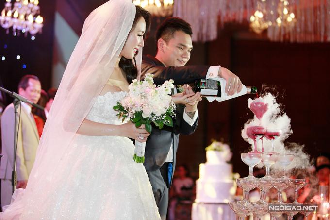 Vợ chồng Khắc Việt rớt rượu mừng.