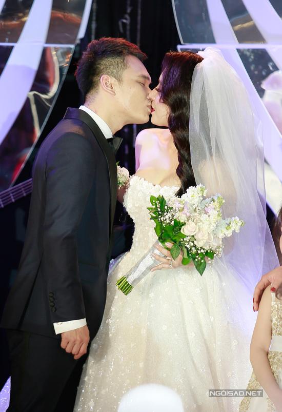 Cả hai còn khoá môi say đắm trước mặt bố mẹ hai bên gia đình.