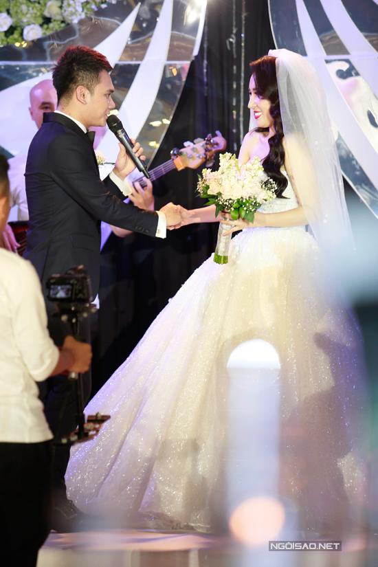 Cô dâu không giấu nổi nụ cười hạnh phúc trong ngày trọng đại của cuộc đời.