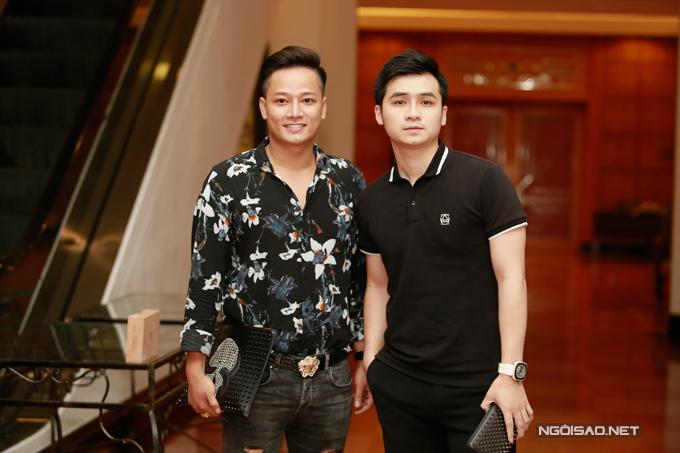 Ca sĩ Vũ Hà Anh đi cùng một người bạn.