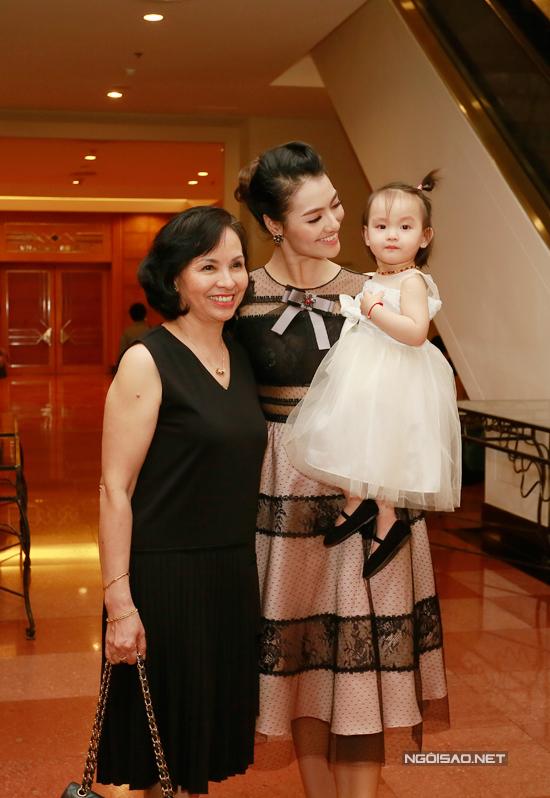 Hồng Quế cùng mẹ và con gái cùng đi dự đám cưới của giọng ca Yêu lại từ đầu.