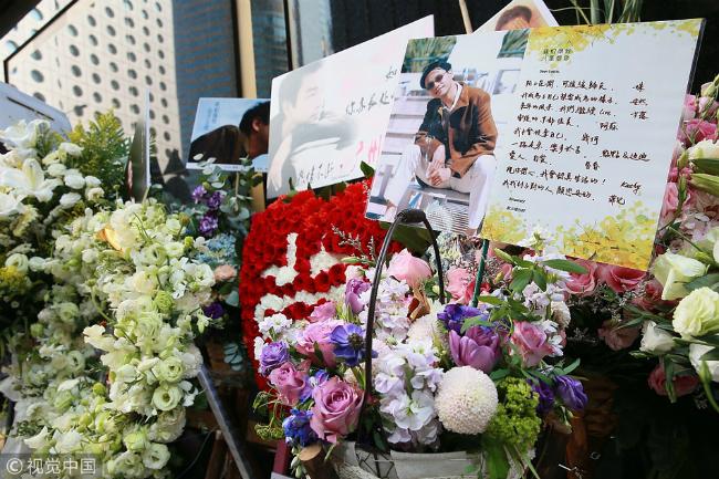 Fan xếp hàng tạikhách sạn Trương Quốc Vinh nhảy lầu để thắp hương tưởng nhớ - 3