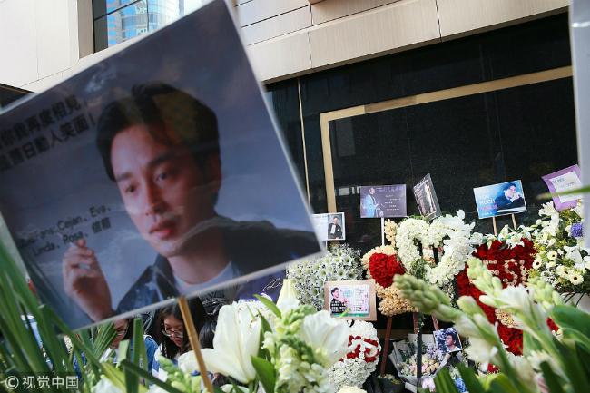 Fan xếp hàng tạikhách sạn Trương Quốc Vinh nhảy lầu để thắp hương tưởng nhớ - 7