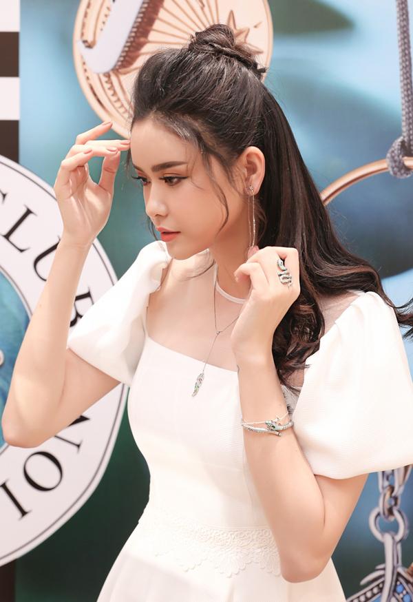Nữ diễn viên thử mẫu bông tai mới được giới thiệu tại buổi khai trương mộtcửa hàng trang sức của Đức.