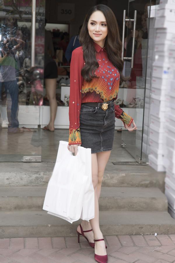 Sau đăng quang Hoa hậu, Hương Giang đi mua giày giá 200.000 đồng - 2