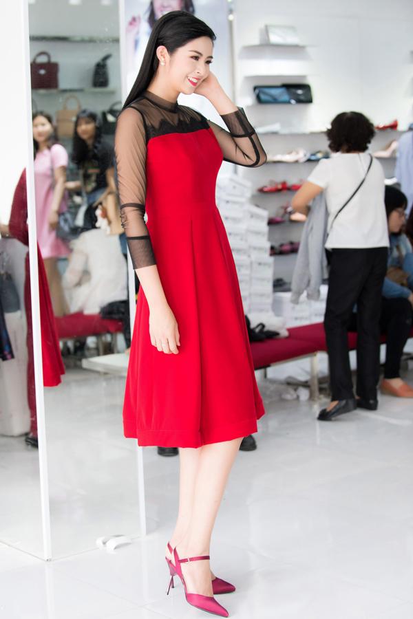 Sau đăng quang Hoa hậu, Hương Giang đi mua giày giá 200.000 đồng - 3
