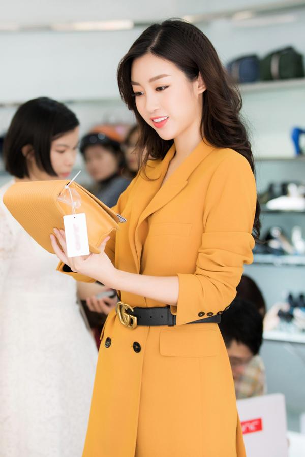 Sau đăng quang Hoa hậu, Hương Giang đi mua giày giá 200.000 đồng - 4