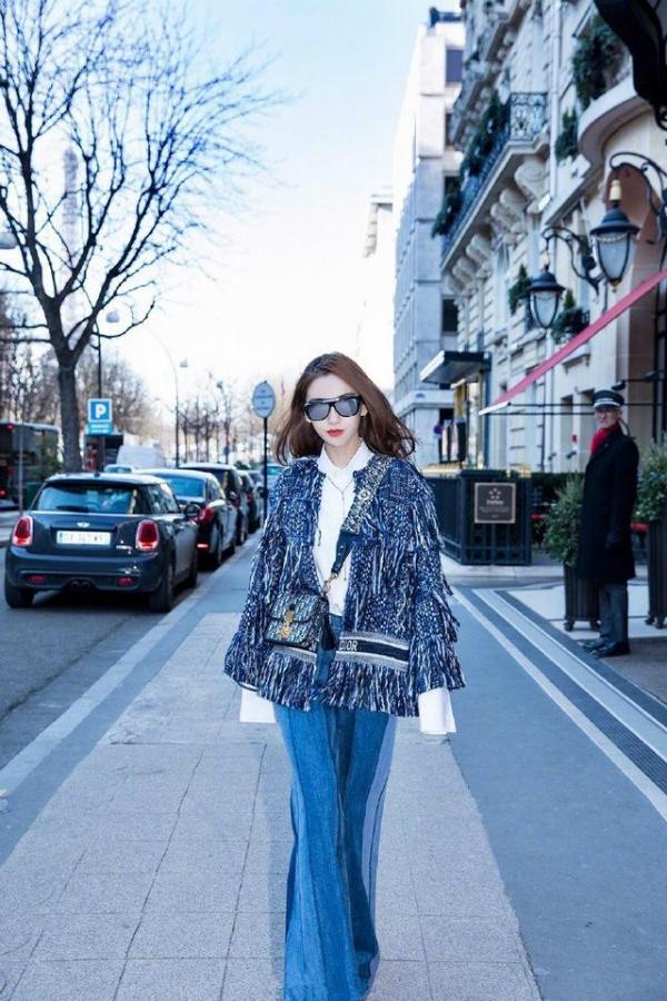 Angela Baby diện nguyên set đồ Dior từng được người mẫu trình diễn trên sàn catwalk.