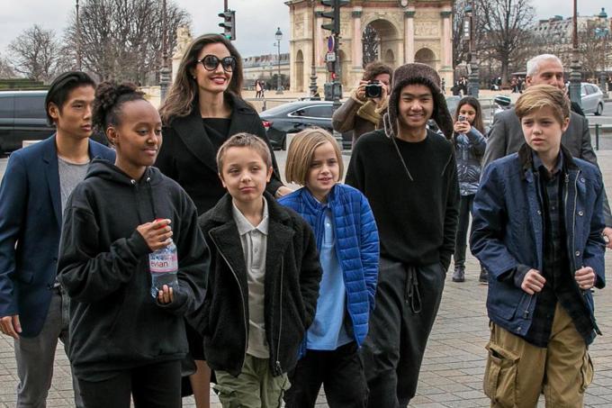 Angelina đã đồng ý chia sẻ quyền nuôi con với Brad Pitt.